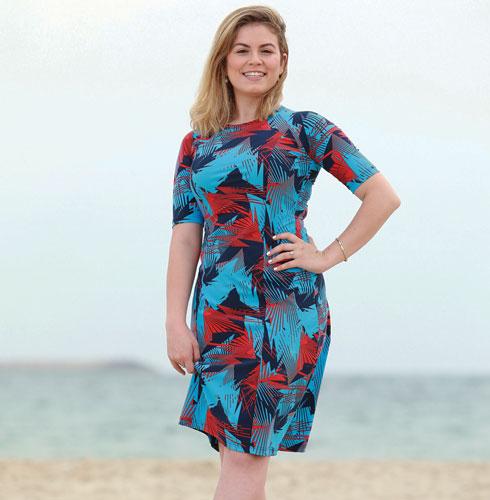 """""""אומרים לי ולחברות שלי: 'מה נסגר? למה אתן נכנסות עם שמלות למים? זה לא מסורבל?'"""" (צילום: דנה קופל, סטיילינג: סימה שושן)"""