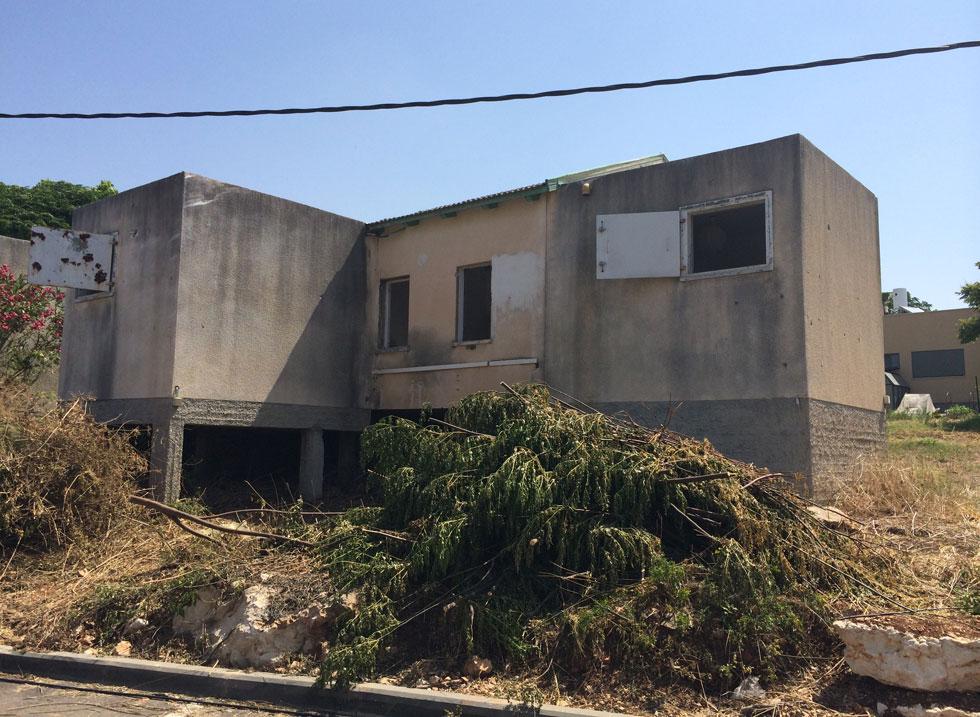 כך זה נראה במקור: שתי דירות צמודות שנראות ממוגנות היטב, בגלל חדרי הביטחון הצמודים, ובנויות על מתלול (צילום: לורון כץ)