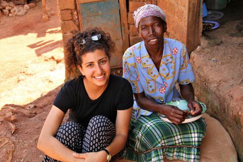 """אלקובי וחברה אוגנדית. """"לא תמיד הן הבינו את המשמעות"""" (צילום: באדיבות המיזם מירמבה)"""