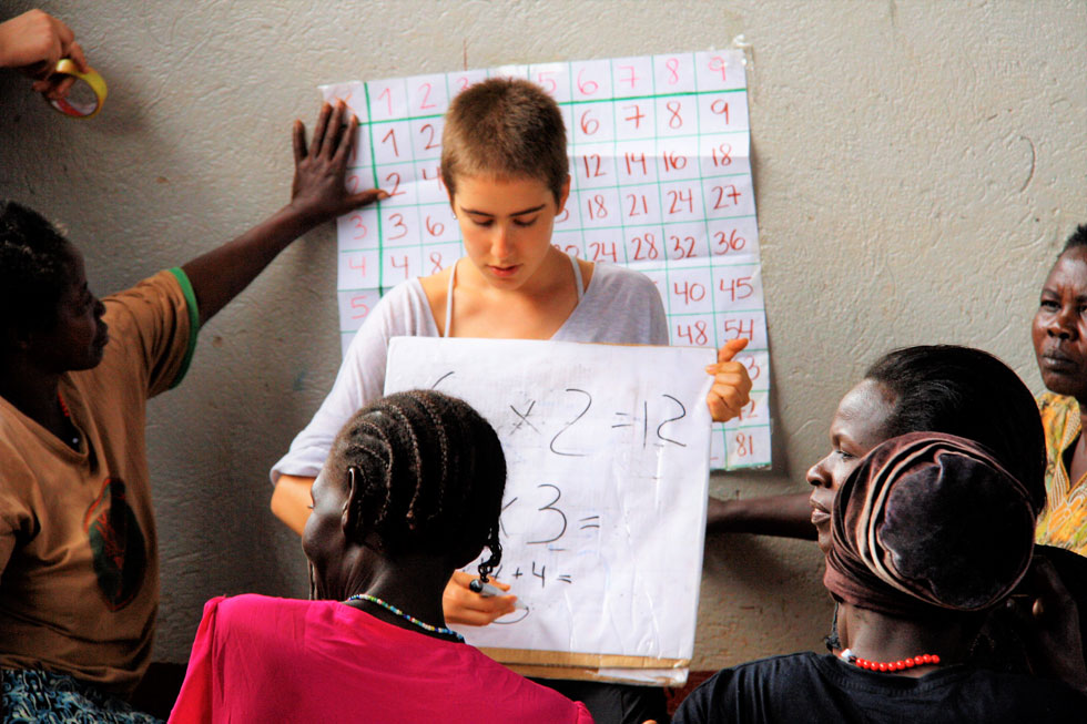 """המורה ישראלית, התלמידות אוגנדיות. """"לימדנו אותן להשמיע את קולן. ניסינו לספק כלים שיאפשרו להן להיות חזקות יותר"""" (צילום: באדיבות המיזם מירמבה)"""