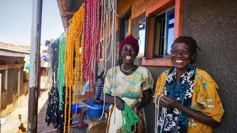 """שתיים מהאוגנדיות שמייצרות את התכשיטים. """"כל פגישה איתן הייתה מלווה בחיבוקים, בשמחה ובריקודים""""  (צילום: באדיבות המיזם מירמבה)"""