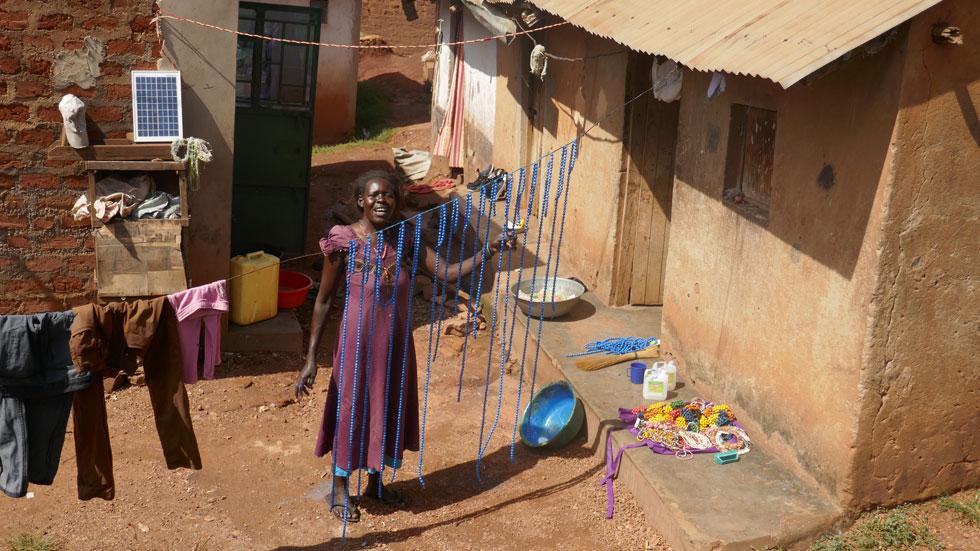 """אחת משכונות העוני שבה פעלו הישראלים. """"אלה נשים שאין להן יותר מדי, אבל יש להן הכל. הן שמחות בחלקן ובעלות יכולת נתינה"""" (צילום: באדיבות המיזם מירמבה)"""