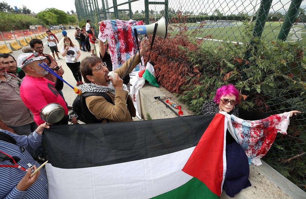 הפגנה פרו פלסטינאית מחוץ לאימון ארנגטינה (צילום: רויטרס)