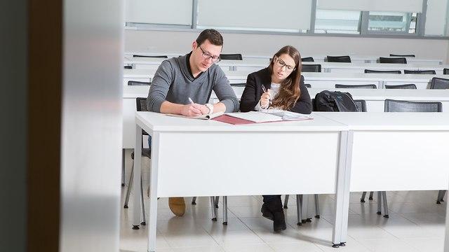 סטודנטים כותבים בכיתת לימוד (אקדמית גליל מערבי)