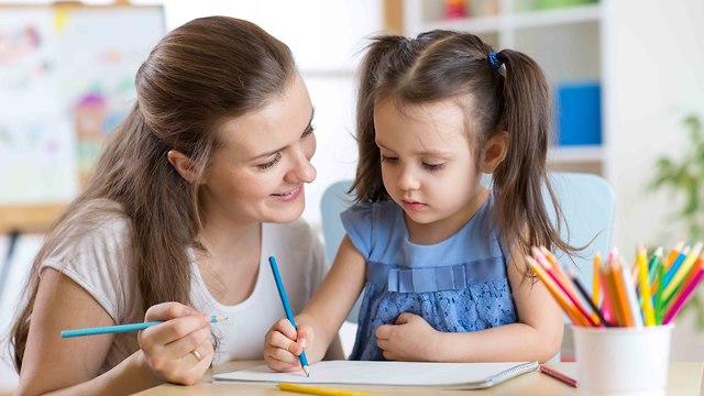 מורה וילדה כותבות (אקדמית גליל מערבי)