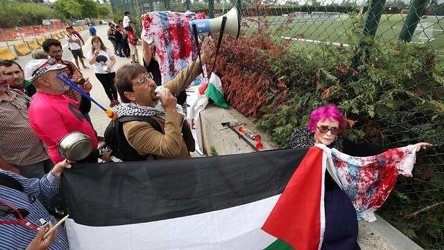 Anti-Israel protestors outside Argentina training session in Barcelona (Photo: Reuters)