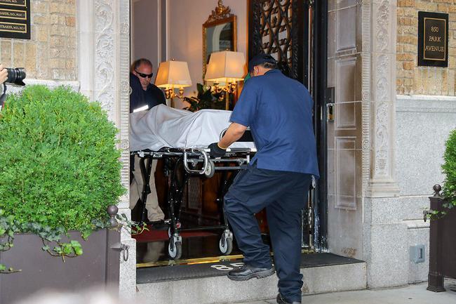 כוחות ההצלה מפנים את גופתה של ספייד מדירתה בניו יורק (MEGA)
