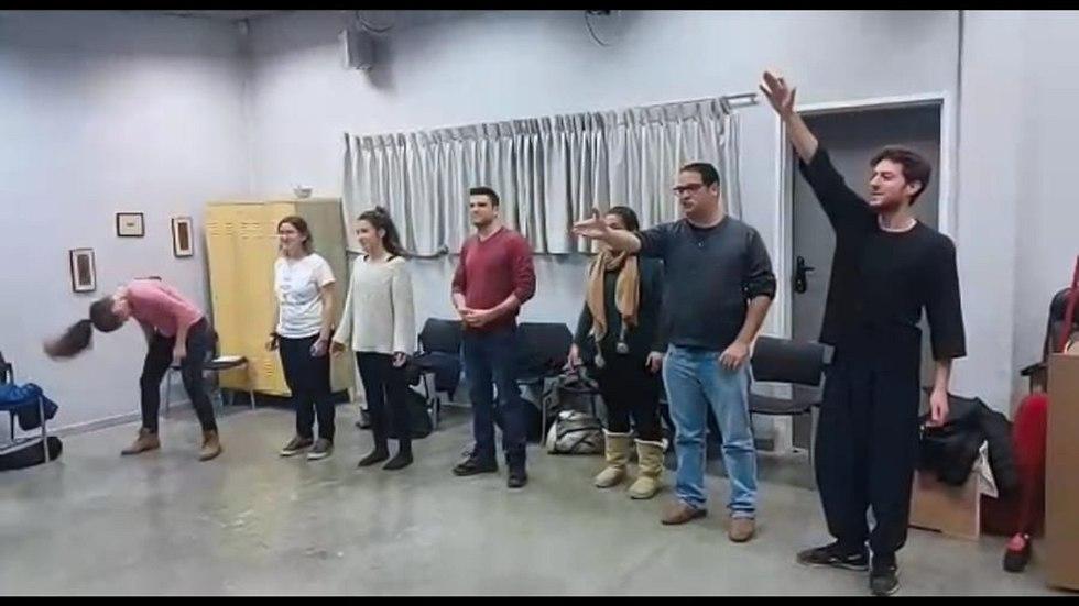 שחקנים בהצגה