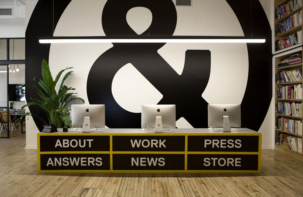 חדר המעצבים במשרד מעוצב כמו תפריט גלישה באתרי אינטרנט, ומתועד במצלמות 24 שעות ביממה, להנאת הגולשים באתר (צילום: באדיבות סטודיו זגמייסטר & וולש)