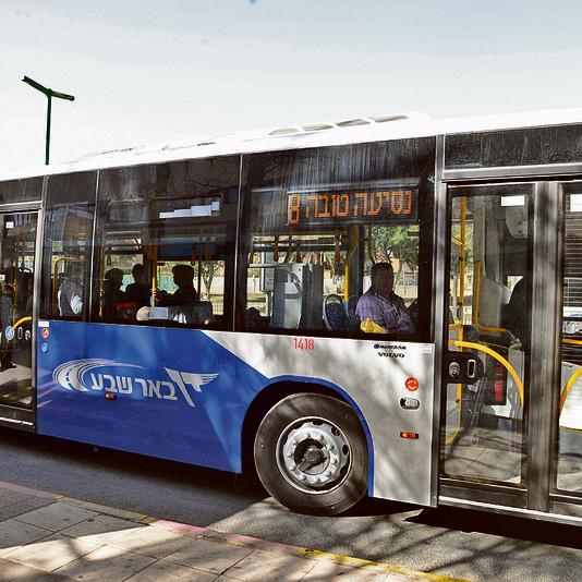 """אוטובוס של חברת """"דן באר שבע"""". עלייה מכל הדלתות אמורה לקצר זמני שהייה בתחנות. צילום: הרצל יוס,"""