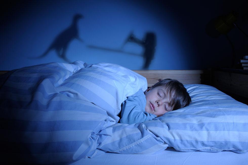 האינסטינקט שלנו הוא הרבה פעמים לקחת את הילד, לנסות לדבר איתו - מה שבעצם מעיר אותו, כי הוא עדיין ישן (צילום: Shutterstock)