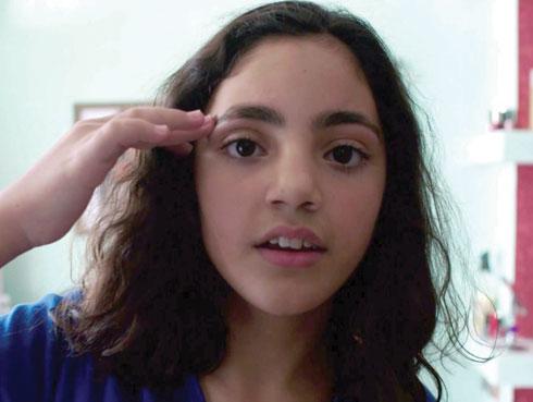 """ירין אוזן, הילדה בת ה־12 שמשחקת את גיבורת הסרט (צילום: צילום מסך מתוך הסרט """"גבות"""")"""