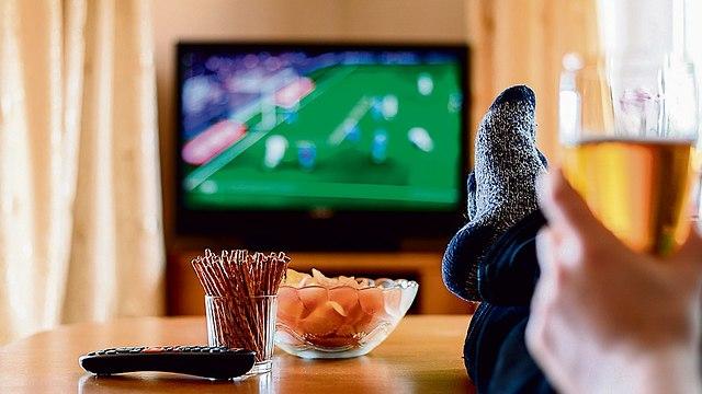 צפייה בטלוויזיה (שאטרסטוק)