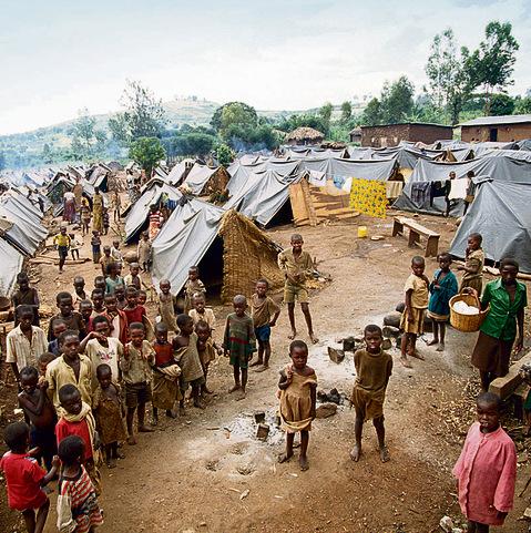 """מחנה פליטים של הטוטסי בשטח בורונדי. """"שני הצדדים ביצעו זוועות"""", טוען רוססבגינה"""