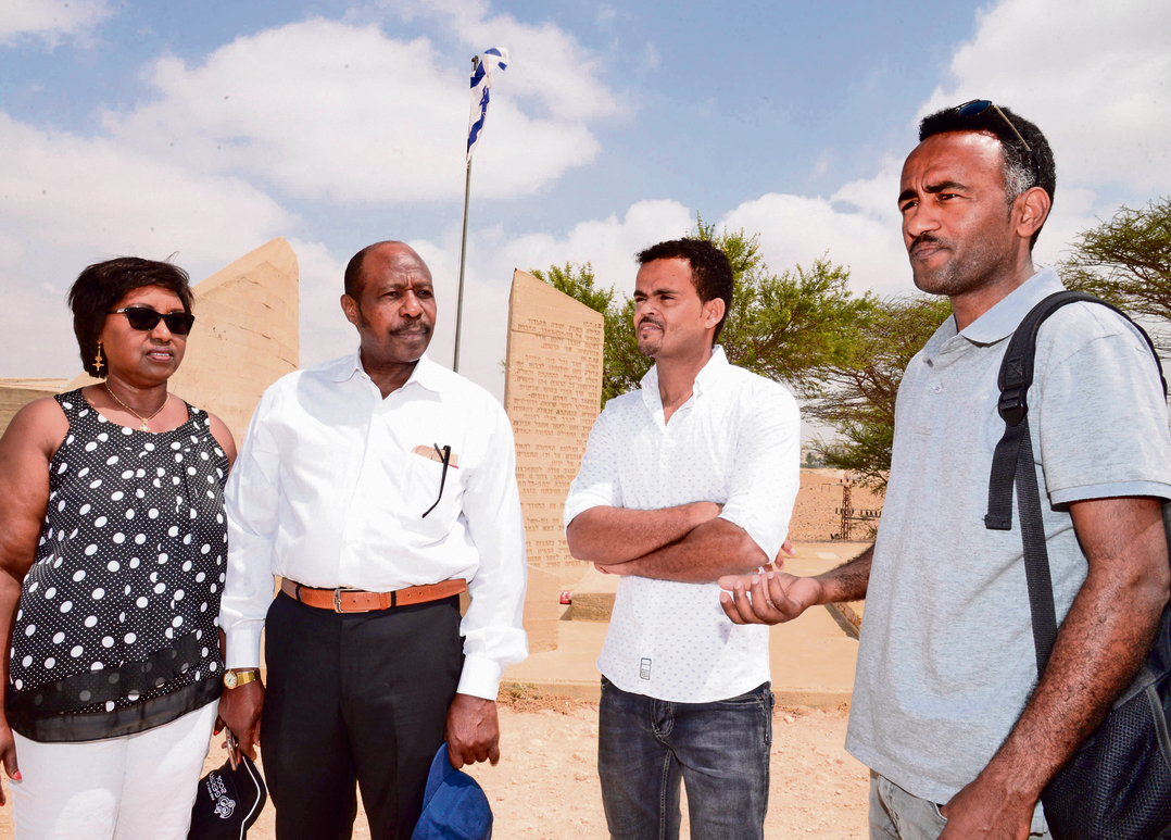 בני הזוג רוססבגינה (משמאל) בבאר־שבע עם האלופום סולטן )מימין( ואבדט ישמאעל, ממנהיגי מחאת הפליטים