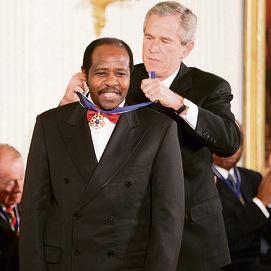 רוססבגינה מקבל את מדליית החירות מג'ורג' וו. בוש
