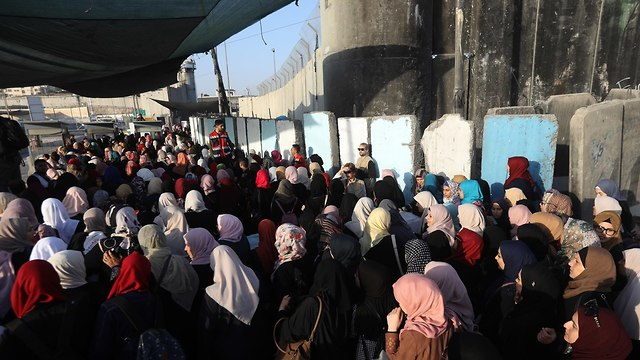 Crowds at the Qalandia crossing from the West Bank to Jerusalem (Photo: EPA)
