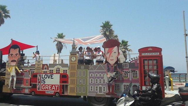 משאית שגרירות בריטניה במצעד הגאווה ()