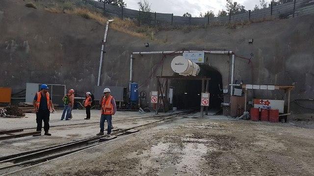 הכניסה למנהרה שנחצבה (צילום: אסף קמר)