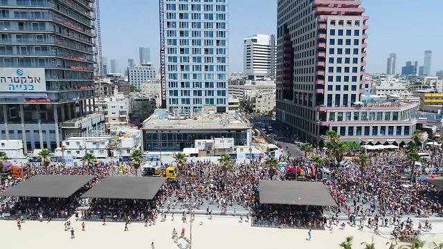 רחפן מעל מצעד בגאווה בתל אביב (צילום: עיריית תל אביב)