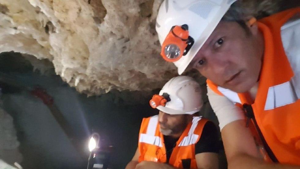 אסף קמר והצלם אבי חי במערה (צילום: אסף קמר)