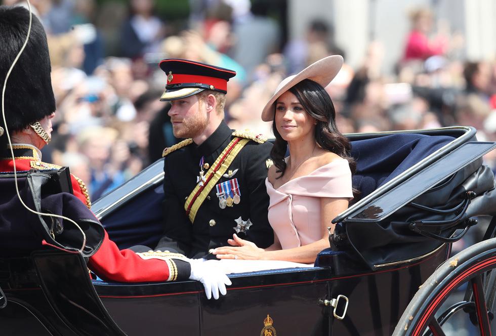 חוזרים למציאות מירח הדבש. מייגן מרקל והנסיך הארי מגיעים לחגיגות Trooping the Colour  (צילום: Chris Jackson/GettyimagesIL)