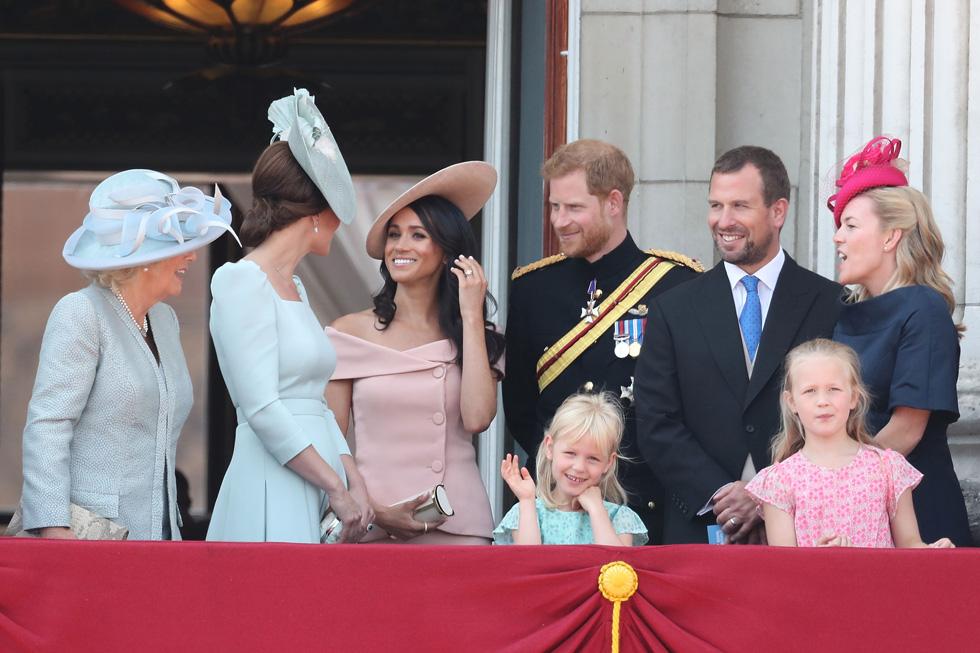 חפשו את ההבדלים בין בנות המלוכה: מייגן מרקל בחולצה חושפת כתפיים ללא שרוולים (צילום: Chris Jackson/GettyimagesIL)