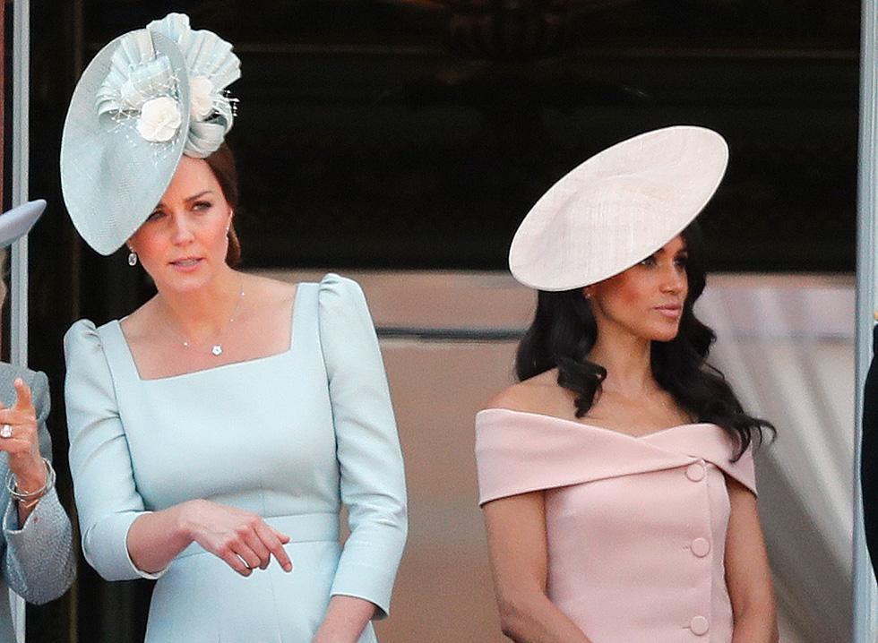 קייט מידלטון מדגימה את קוד הלבוש המלכותי בשמלה בצבע תכלת עם מחשוף מרובע ושרוולים תפוחים בעיצוב בית האופנה אלכסנדר מקווין   (צילום: AP)