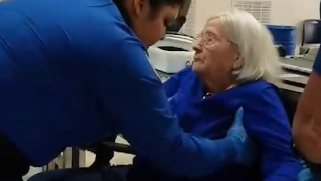 בידוק ביטחוני מדוקדק בקשישה בת 96 (צילום: Facebook / Jeanne LaBrier Clarkson)