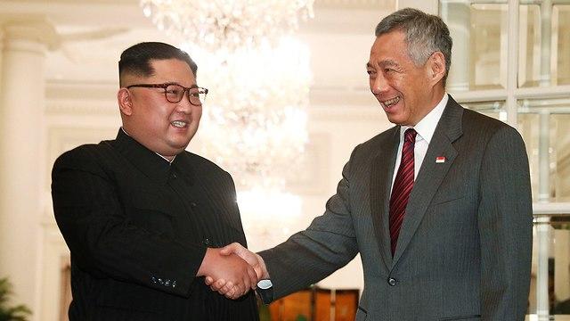 שליט צפון קוריאה קים ג'ונג און עם ראש ממשלת סינגפור לי הסיין לונג (צילום: רויטרס)
