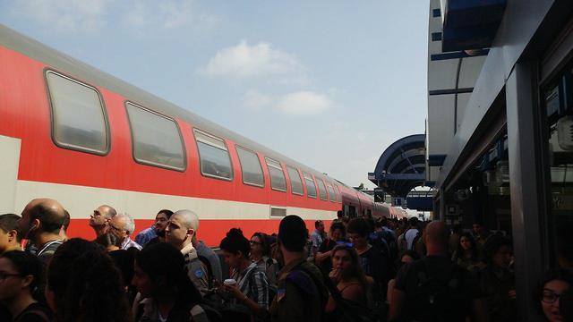 עומס בתחנת רכבת בית יהושוע (צילום: רועי ליבנה)