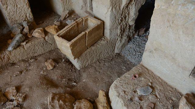 מערת הקבורה שהתגלתה בטבריה (צילום: מיקי פלג, רשות העתיקות)