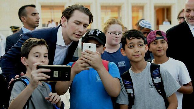 Kurz poses for selfie with children at the Western Wall  (Photo: Avi Ohayon/GPO)