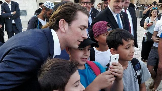 קנצלר אוסטריה מצטלם עם ילדים בכותל המערבי (צילום: אבי חיון, לע