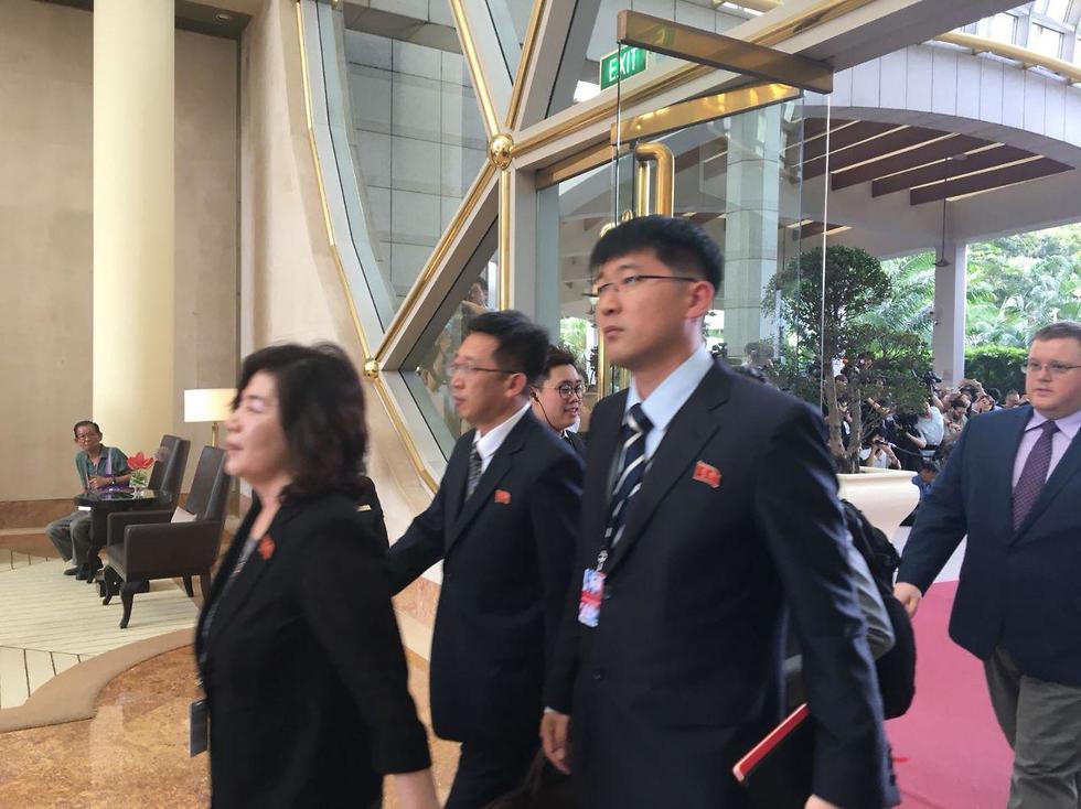 הנציגים הצפון-קוריאנים באים לפגישה עם האמריקנים (צילום: אורלי אזולאי)