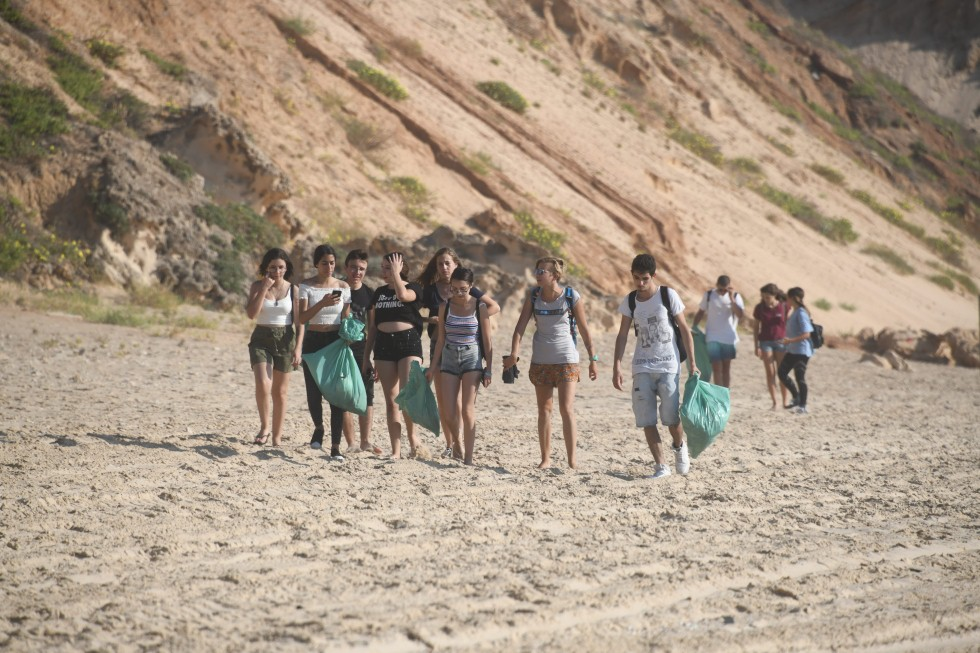 שומרים על החופים נקיים (צילום: יאיר שגיא)