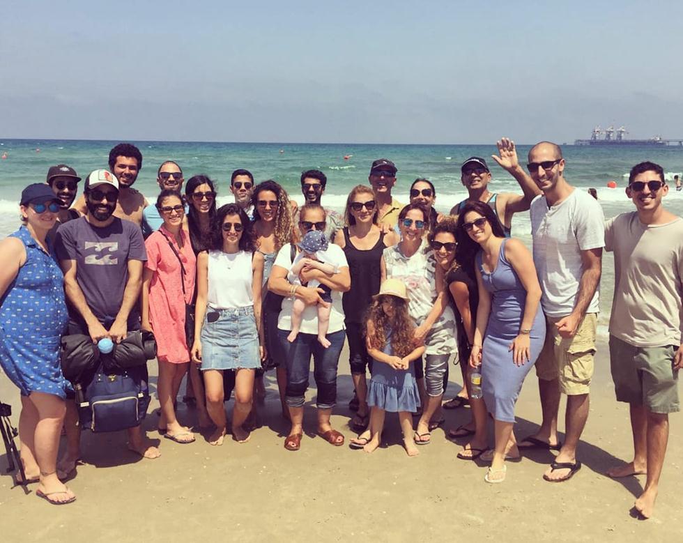 בני משפחת קדוש וחברים של אלעד בחוף אולגה בשחרור הצבים בחזרה לטבע (צילום: באדיבות משפחת קדוש)