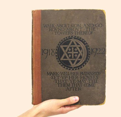 ספר האגודה, עם הלוגו שמשלב את סמליהן של שלוש הדתות. בסוף הכתבה לינק לספר בשלמותו (כרזה: באדיבות אוצרות התערוכה)