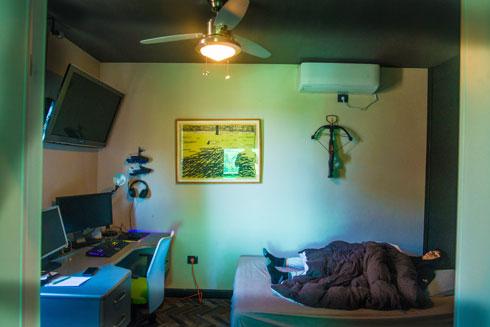 חדרו של הבן הבכור. תקרה ורצפה שחורות (צילום: שחר שדרין - SHEDRIN STUDIO)