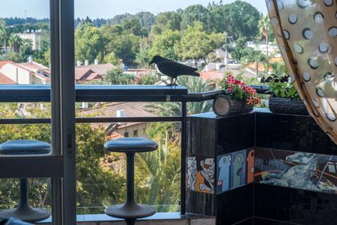 המרפסת פתוחה אל נוף ירוק (צילום: שחר שדרין - SHEDRIN STUDIO)
