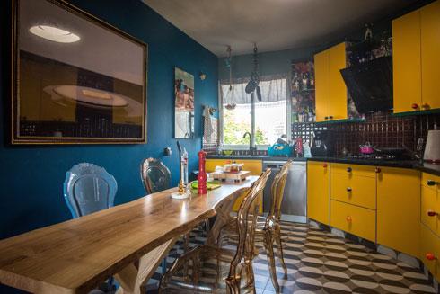 ואחריו. הארונות לא הוחלפו, רק הדלתות חופו בפורמייקה צהובה, והידיות חדשות (צילום: שחר שדרין - SHEDRIN STUDIO)