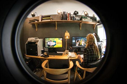 מבט אל הסטודיו הביתי. שתי גרפיקאיות עובדות עם שדרין (צילום: שחר שדרין - SHEDRIN STUDIO)