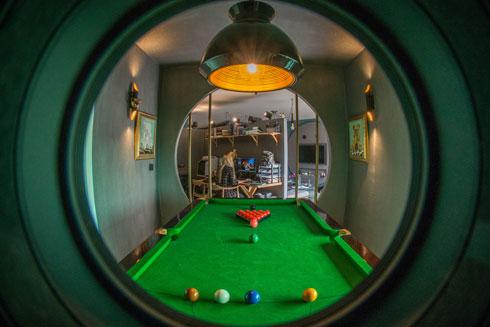 חלון הצצה עגול אל חדר הביליארד  (צילום: שחר שדרין - SHEDRIN STUDIO)