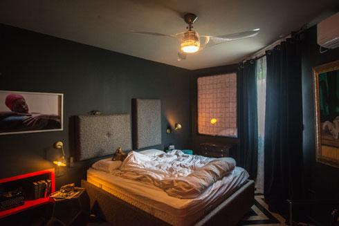 את המיטה במרכז חדר השינה עיצב שדרין בבדים יוקרתיים. הווילונות מאיקאה (צילום: שחר שדרין - SHEDRIN STUDIO)