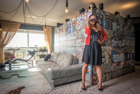 מחיצה מצופה באריחי קומיקס (HeziBank) תוחמת את הסלון (צילום: שחר שדרין - SHEDRIN STUDIO)