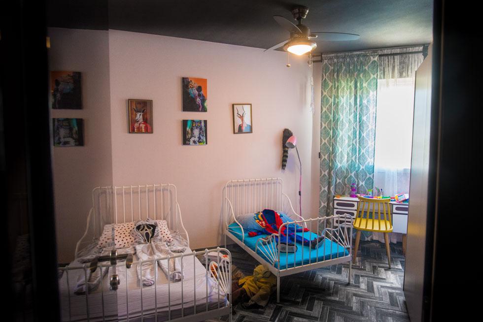 לבן הבכור של שדרין יש חדר נפרד, ושני הילדים הקטנים יותר חולקים חדר. עיצוב חדרי הילדים רגוע יחסית לשאר הדירה, אך גם בהם אלמנטים חריגים, כמו תקרה, רצפה וארונות שחורים (צילום: שחר שדרין - SHEDRIN STUDIO)