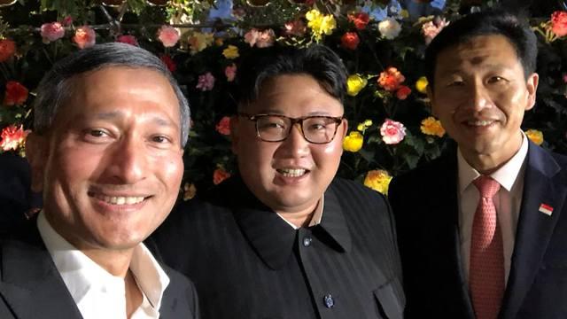 קים ג'ונג און עם ויויאן בלקרישנאן ()