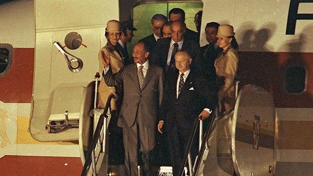 אנואר סאדאת נשיא מצרים נחיתה בישראל 1977 (צילום: דוד רובינגר)