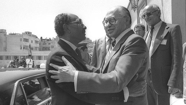 אנואר סאדאת עם מנחם בגין במצרים 1981 (צילום: חנניה הרמן, לע
