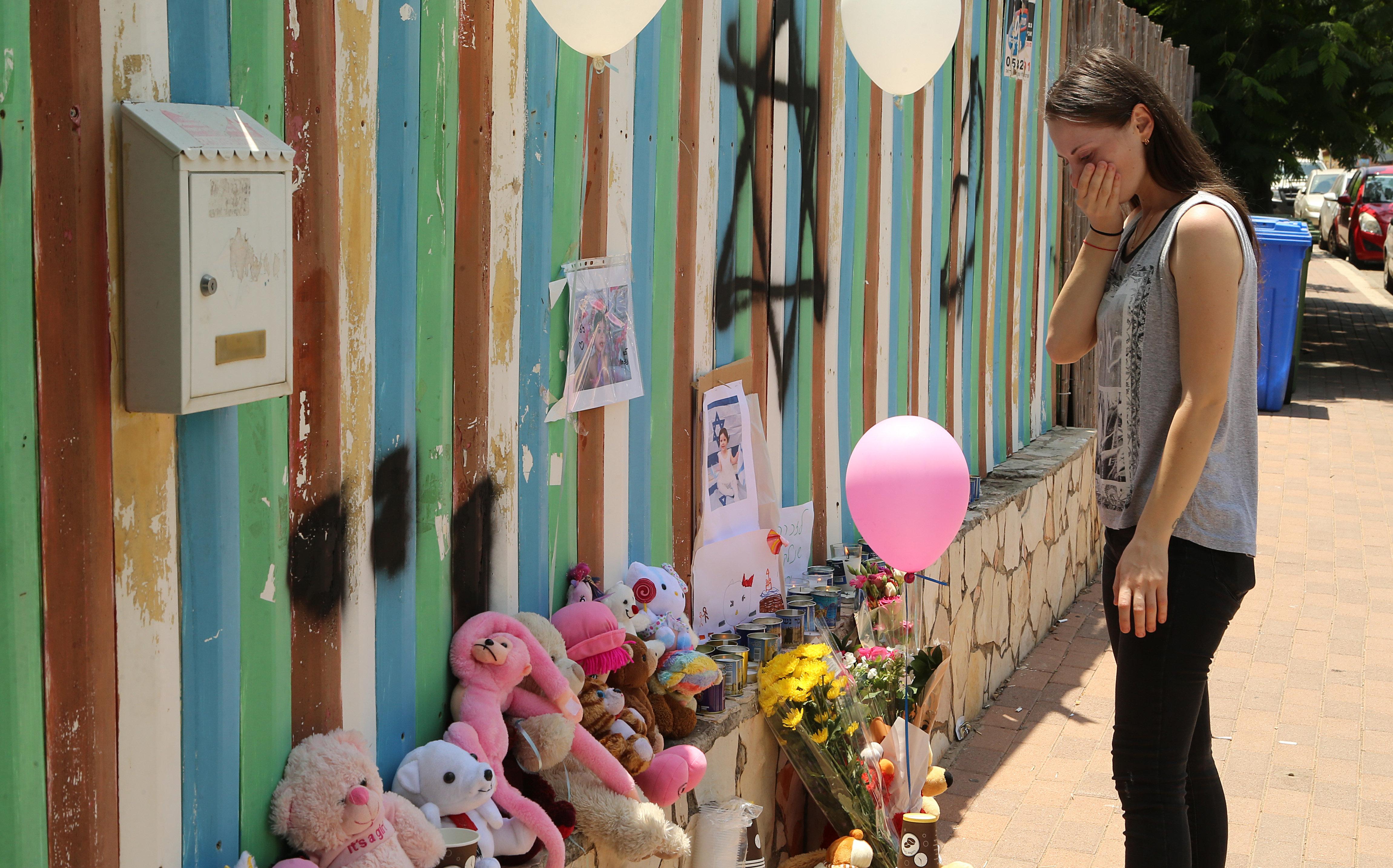 Мать убитой девочки около детского сада. Фото: Цвика Тишлер
